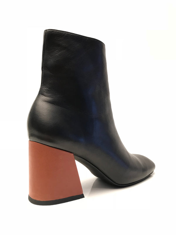 Contrasting heel in cognac leather on MS STEINEM ankle boot from Swedish shoe brand ANNY NORD.