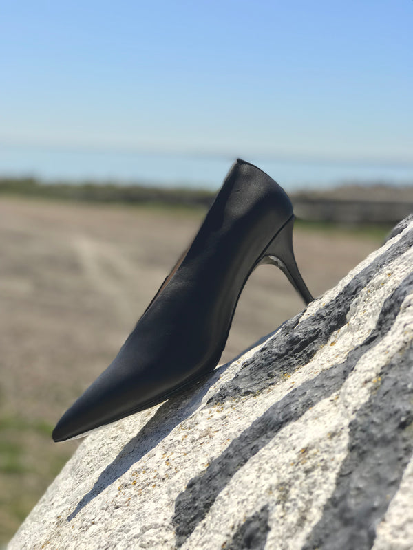 Black V-cut pump from Swedish shoe brand ANNY NORD. A classic shoe with a modern cut. The shoe equivalent of the little black dress.
