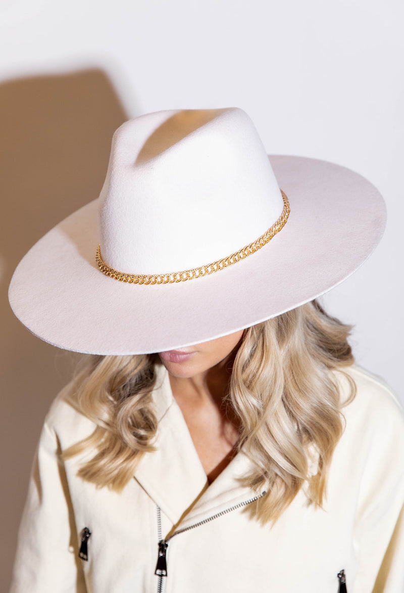 NASHVILLE WHITE HAT WITH GOLD CHAIN