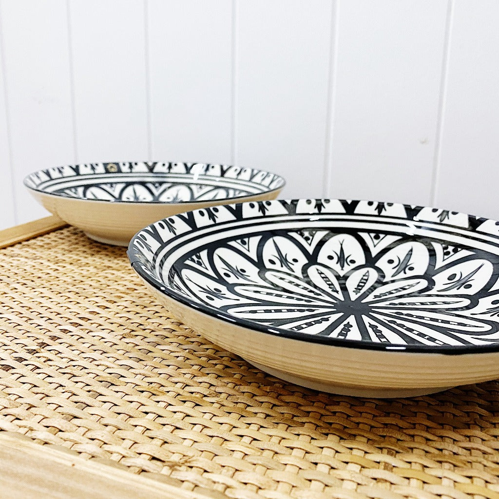 Our Casablanca Ebony Shallow Serving Bowl is perfect for pasta dishes, single salads or desserts. Our Casablanca Ebony Shallow Serving Bowl is 22cm in diameter.| Bliss Gifts & Homewares | Unit 8, 259 Princes Hwy Ulladulla | South Coast NSW | Online Retail Gift & Homeware Shopping | 0427795959, 44541523