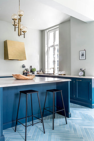 Hague Blue fra Farrow & Ball med messing greb