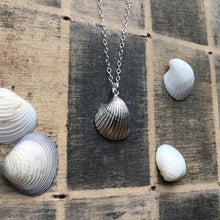 Load image into Gallery viewer, Clam shell pendant