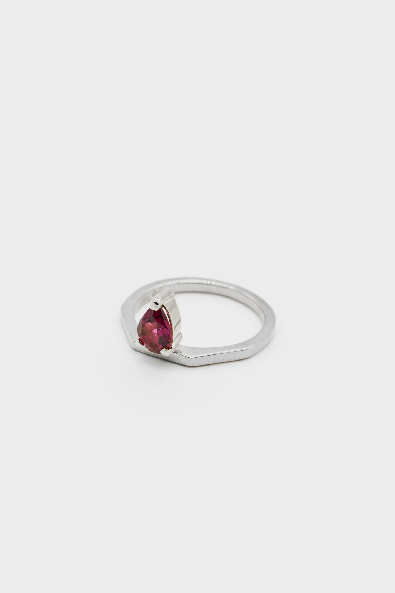 El Ring with Garnet | 9K White Gold