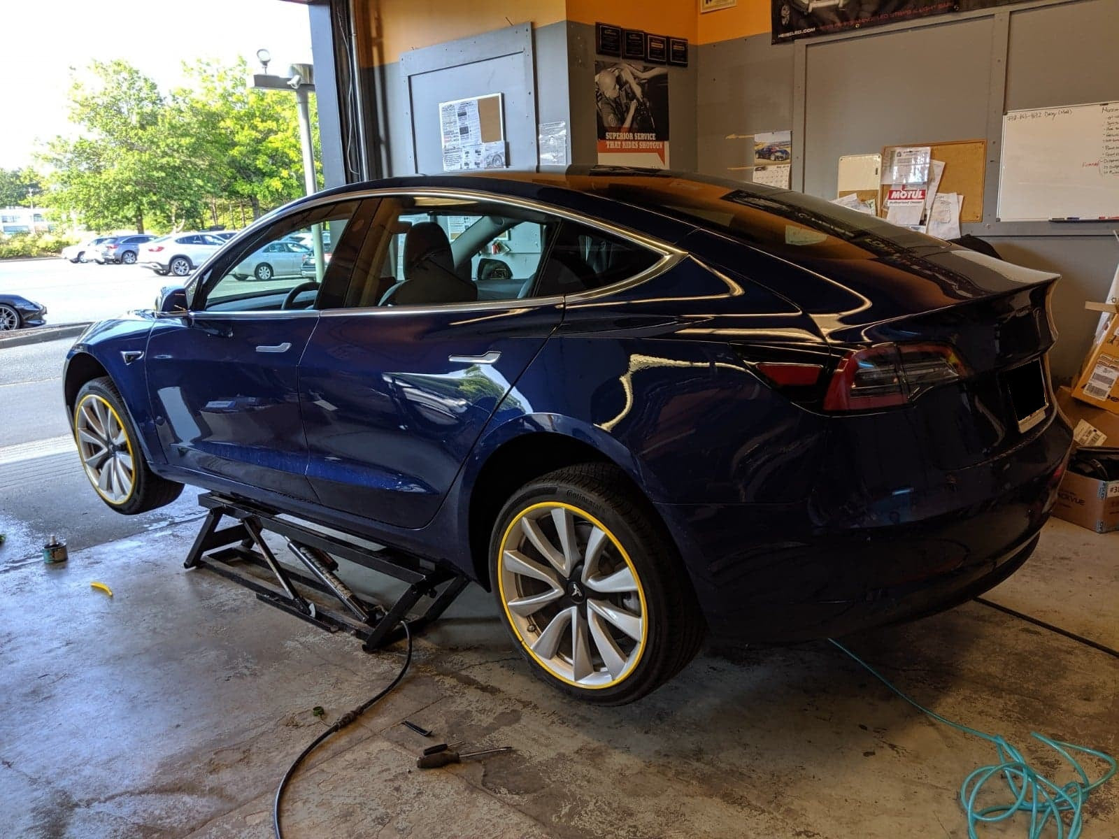 Tesla model 3 blue with yellow alloygator