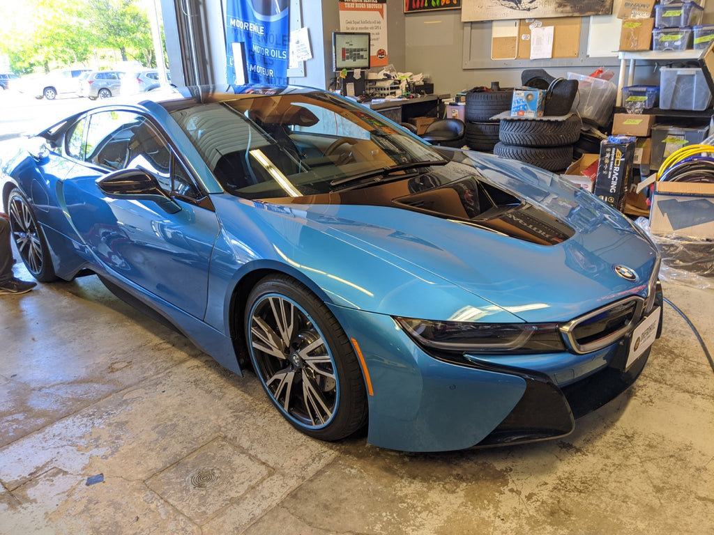 BMW i8 Protonic blue alloygator