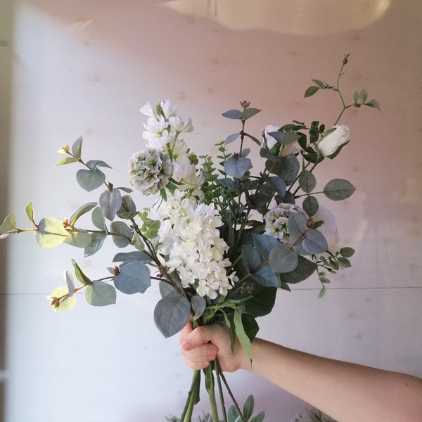 Deluxe Wild White Bouquet