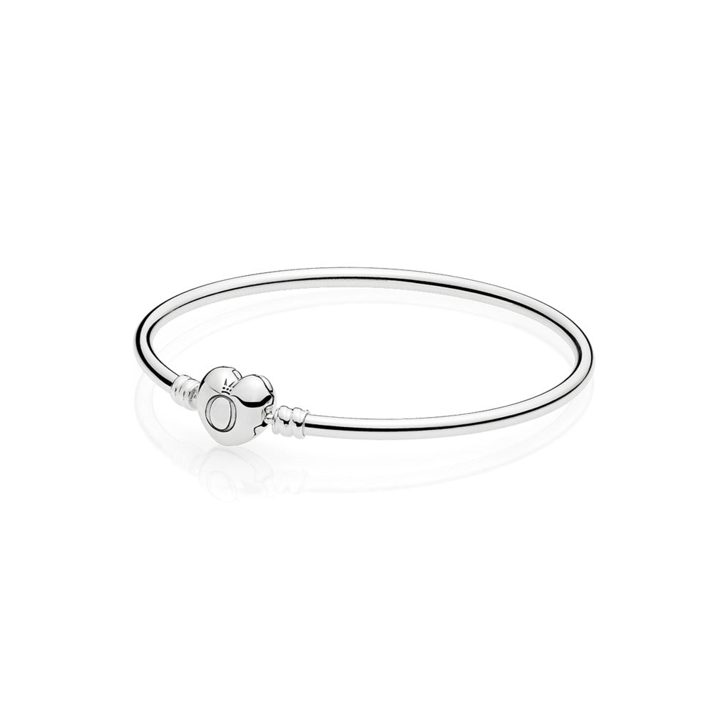Bangle in sterling silver with heart-shaped clasp