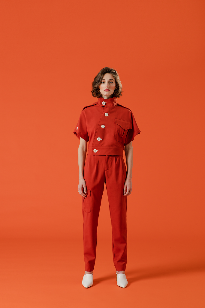 the military uniform, ensemble femme rouge en laine mélangée fine et aérienne.