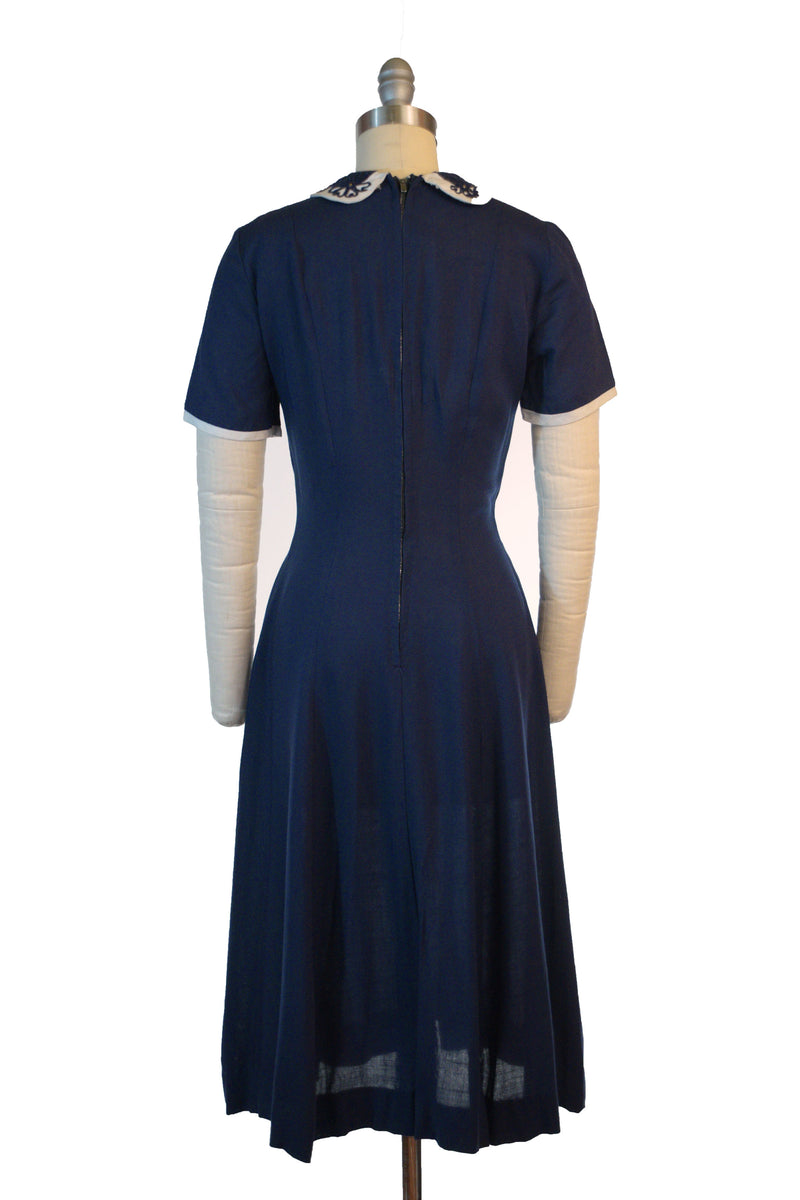 Smart 1950s Linen Day Dress in Crisp Navy Blue with Two-Tone Collar and Button Accents