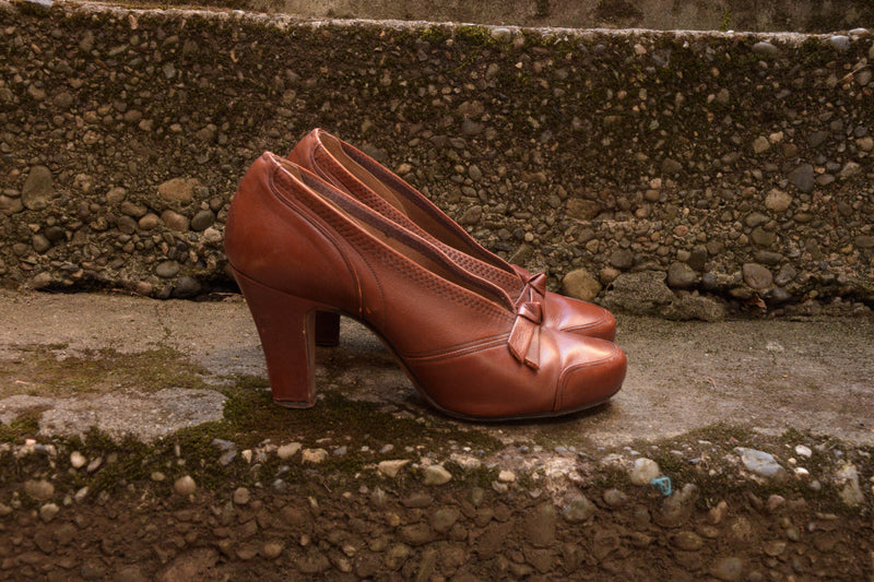 Rust Colored 1930s High Vamp Pumps with Top Stitching and Bows Shoe Size 4.5 5 US De Liso Debs