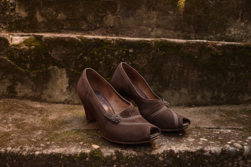 Dark Brown 1940s Suede Peep Toe Pumps with Grosgrain Vamp Detail Shoe Size 6.5 7 US