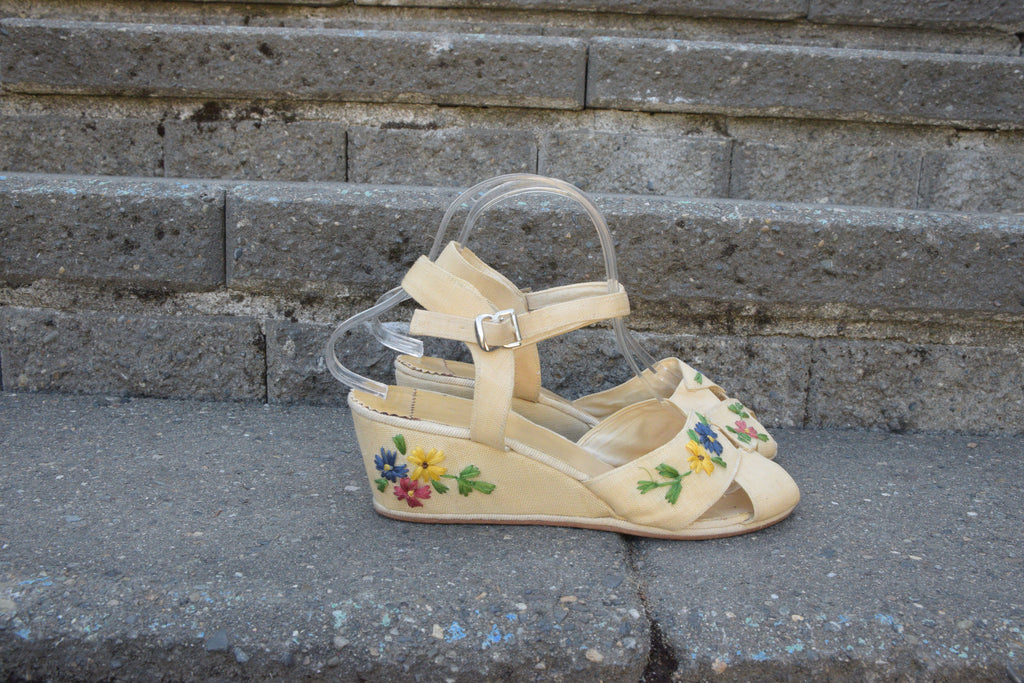 Fantastic 1940s Summer Wedges in Linen Cloth with Raffia Floral Embroidery Shoe Size 7 US