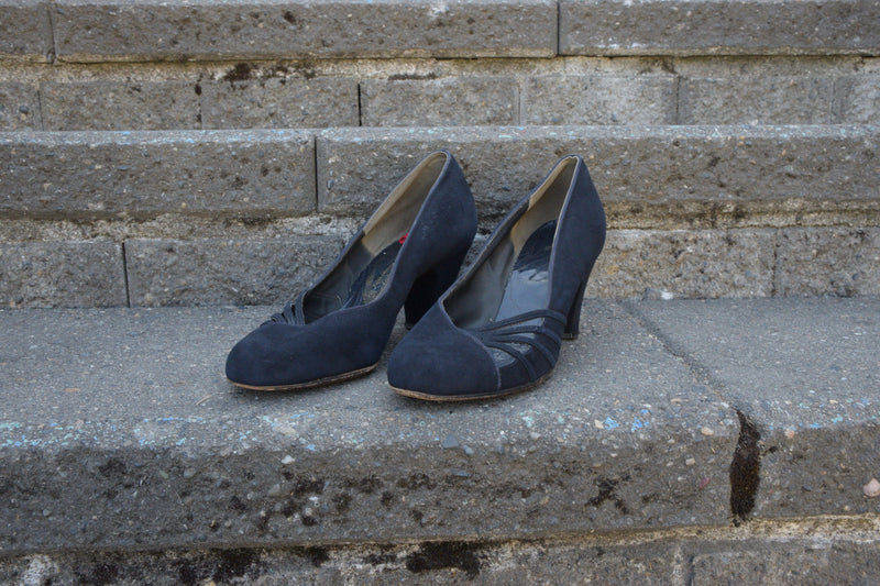 Classic 1940s Round Toe Babydoll Pumps in Navy Suede with Thick Heel Shoe Size 8 US