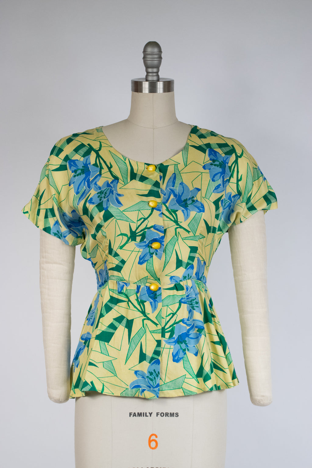 Gorgeous 1940s Silk Blouse in Yellow Chartreuse with Art Deco Motif of Blue Lilies