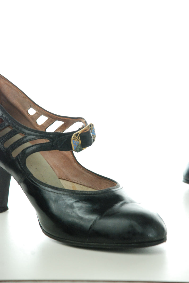 Wonderful 1920s Patent Leather Mary Jane Shoes with Cutaway Details Size 6 6.5