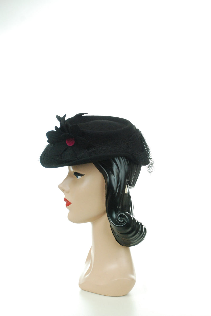 Vintage 1940s Hat - New York Creations Black Wool Felt Tilt with Four Cut Felt Daisies with Fuchsia Centers
