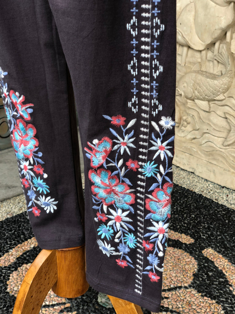 Gorgeous Embroidered Leggings w roses