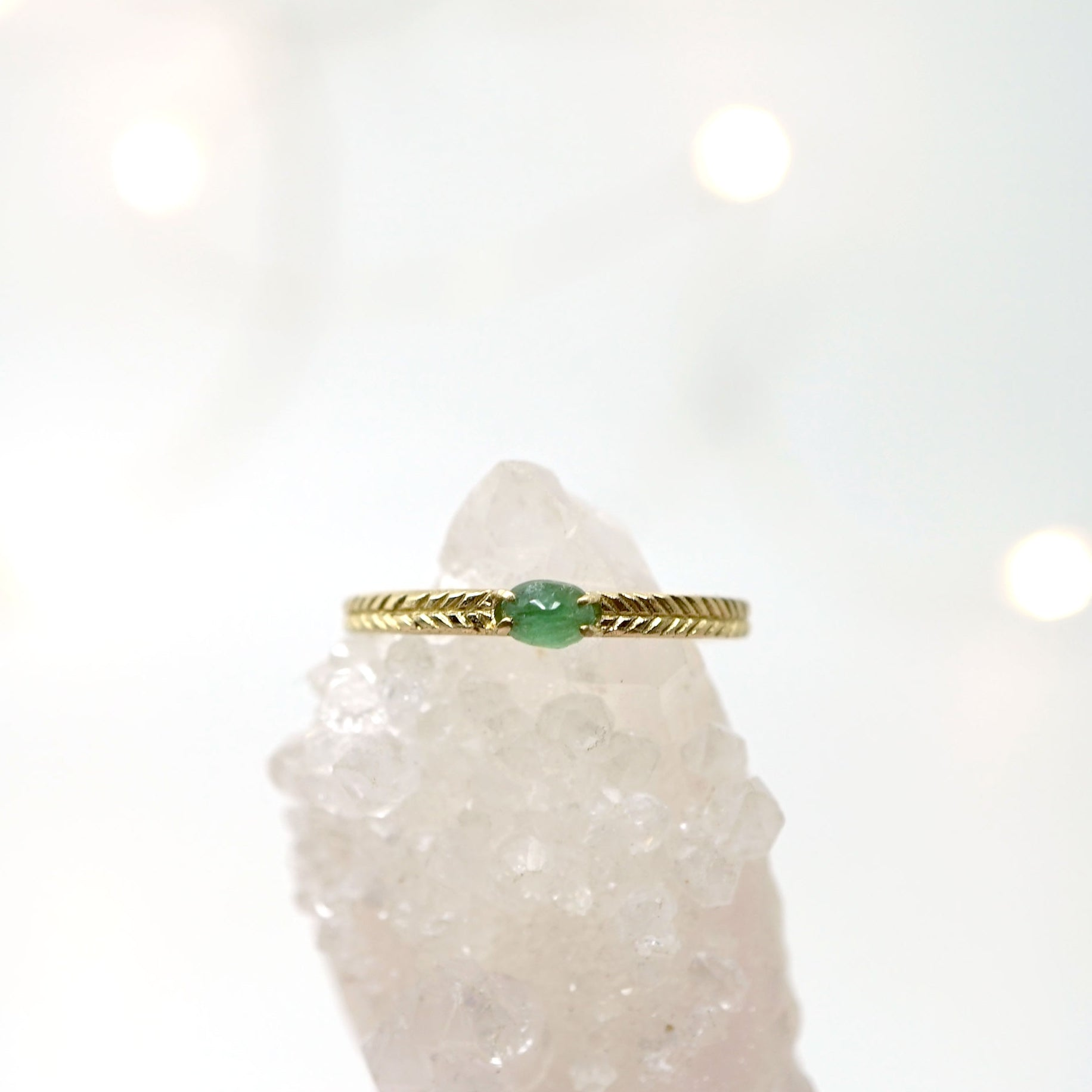 Emerald ring with details in 14k gold