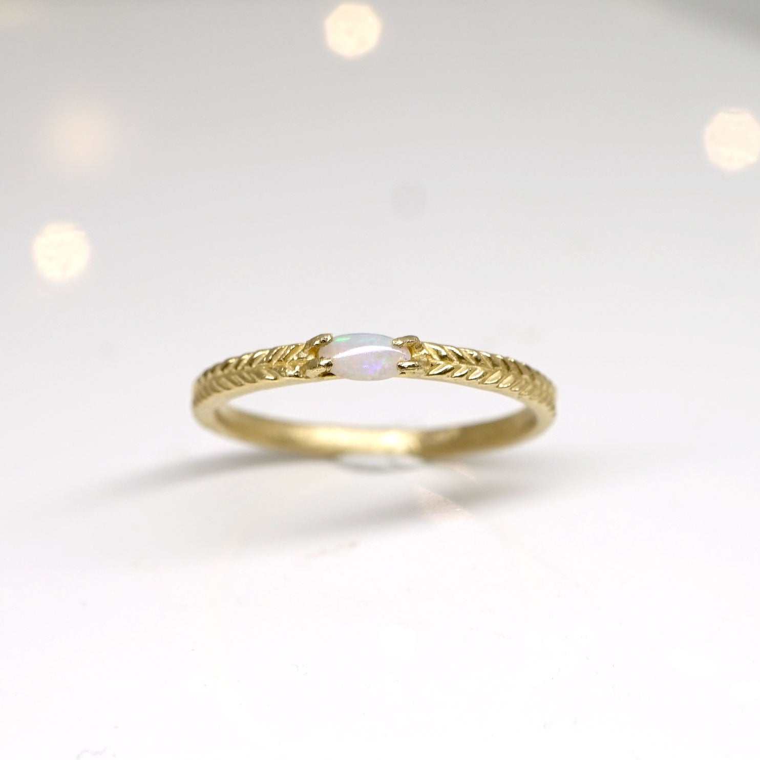 Opal ring with details in 14K gold