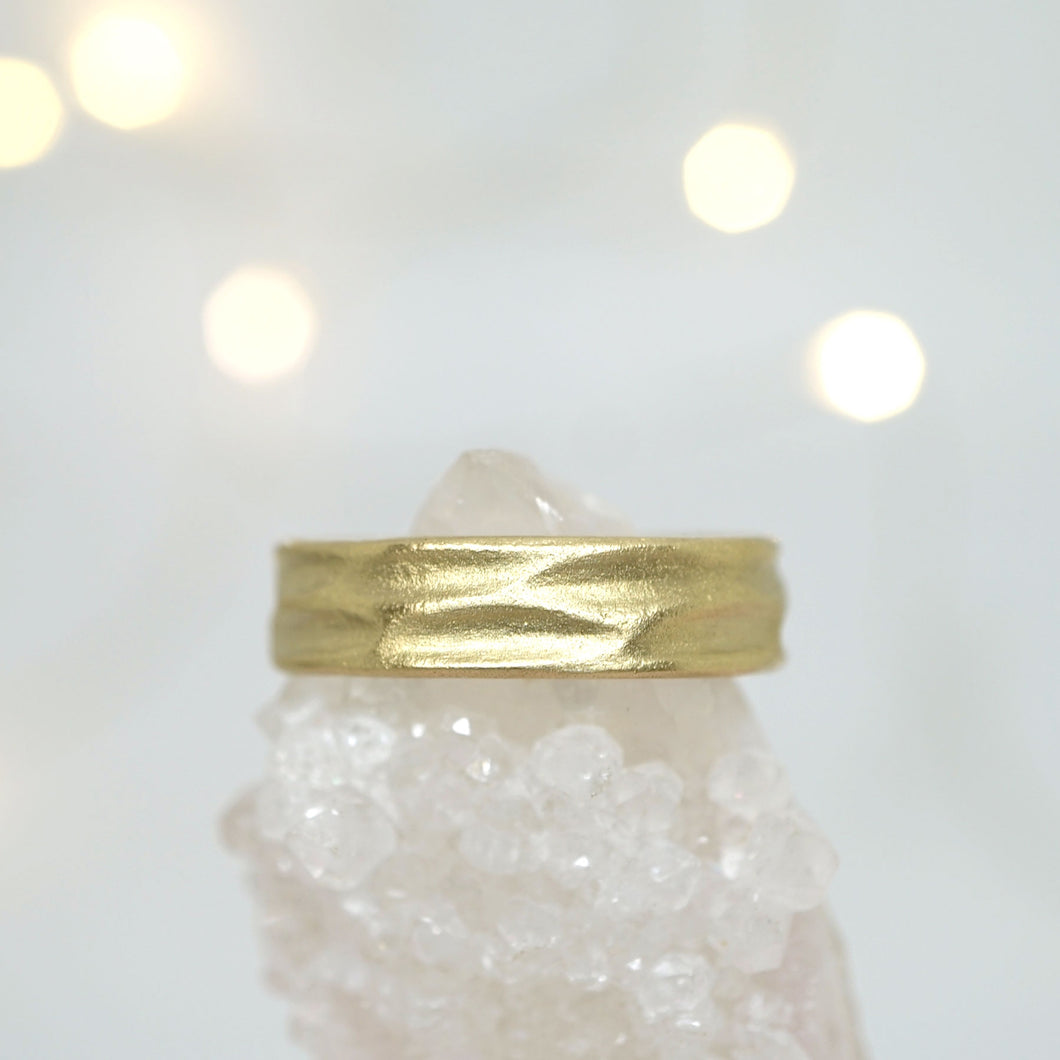 Band with river textures in 14k gold