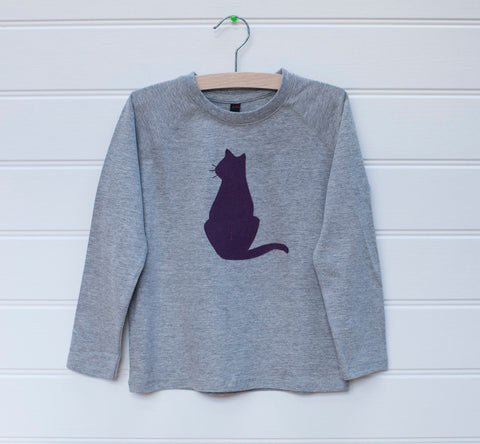 Grey melange children's long sleeved t-shirt featuring an aubergine coloured cat design. Cat is sitting upright. Displayed on a white panelled background.- isabee.co.uk