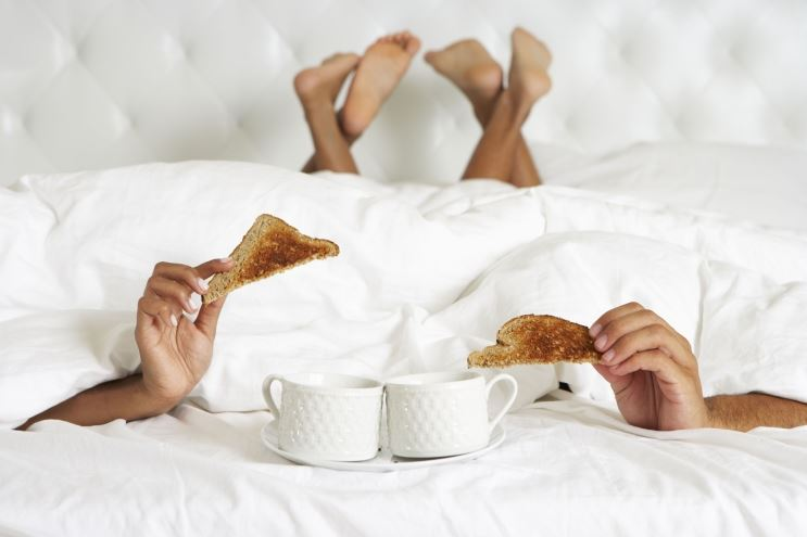 Food Foreplay: 5 Steps To Bringing Snacks To The Bedroom