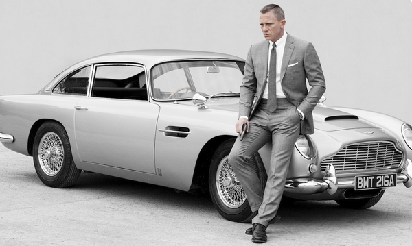 Daniel Craig James Bond standing next to Aston Martin