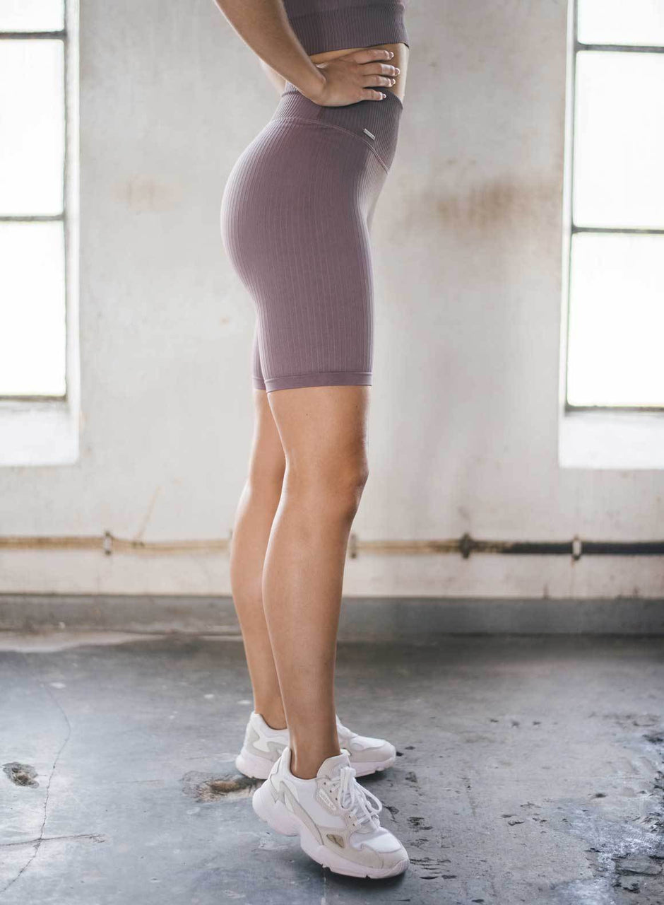PALE PLUM RIBBED SEAMLESS BIKER SHORTS