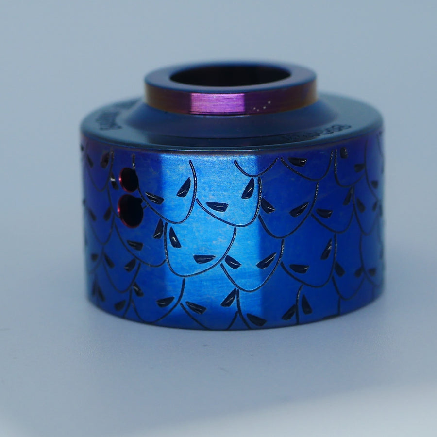 Amazing engraved Venna cap, deep blue, made by Laser Custom Vap and available on Divavap.com
