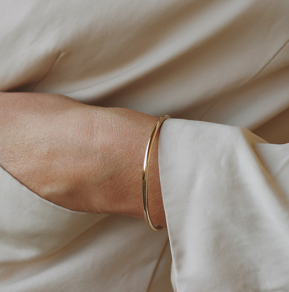 Revi Studios - 18K gold-plated Jewelry. Model is wearing clean chic bracelet. (Revi Studios - 18K aranyozott ékszer)