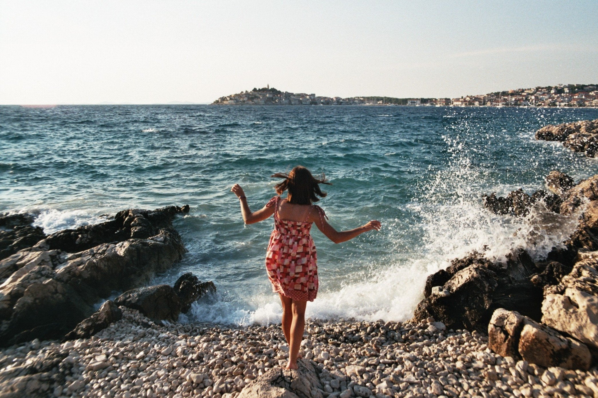 tips for vacation photos with a woman on the beach