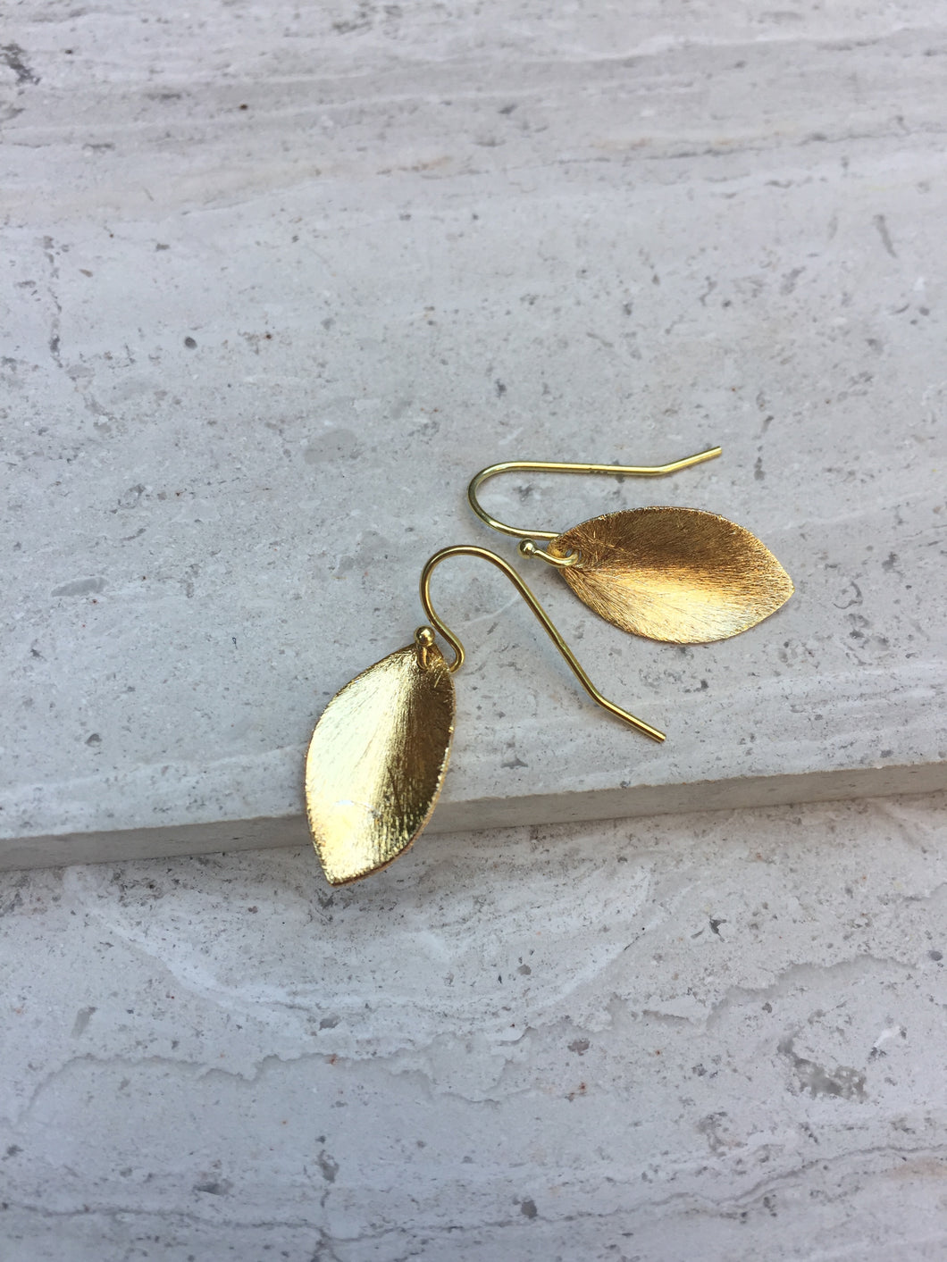 Brushed leaf earring gold
