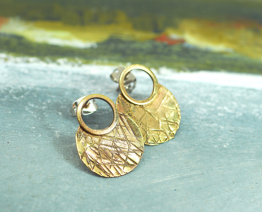 hammered sm round brass earrings