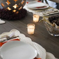 dinner_table_setting_plates_decorations_pic