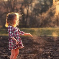 girl_mud_dirt_play_field_wind_throw_dust_dirty_child_pic