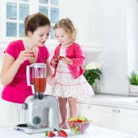 mom_daughter_strawberry_smoothie_juice_teach_pic