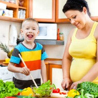mom_son_pregnant_healthy_lunch_prepare_habits_vegetables_pic