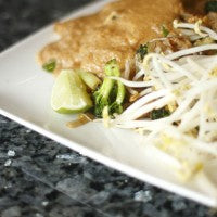 pad_thai_sprouts_broccoli_lime_sauce_pic