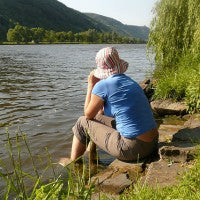 relax_think_calm_water_willow_lake_moutains_trees_woman_pic