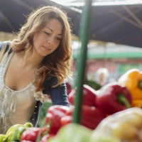 woman_market_open_air_outside_vegetables_fruits_healthy_pic