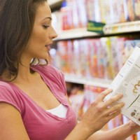 woman_reading_label_food_grocery_store_pic