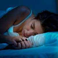 woman_sleep_rest_dark_clock_bed_quiet_pic