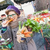 woman_young_farmers_market_vegetables_carrot_eat_shop_buy_groceries_pic