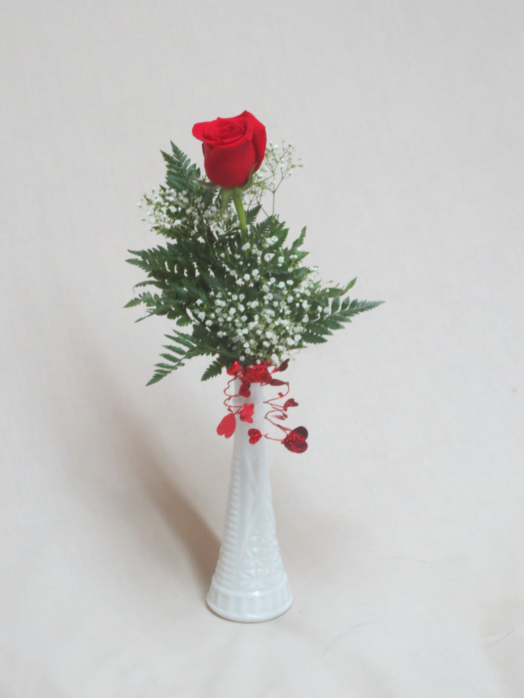 EA 1215 Lovely fresh rose in a vase with greens and dainty filler