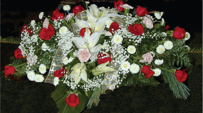 FC 4143 Casket top Spray red and white fresh flowers