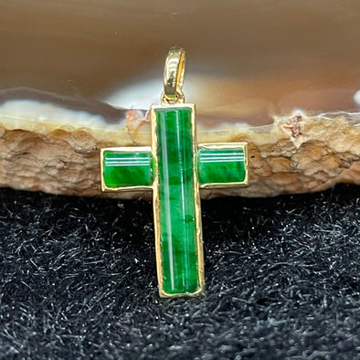 Type A Burmese Jade Jadeite Cross set in 18k yellow gold - 0.65g 15.3 by 11.1 by 1.7mm
