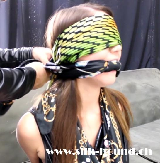 Chrissy - in the scarf club - part 1 - silk-bound.ch