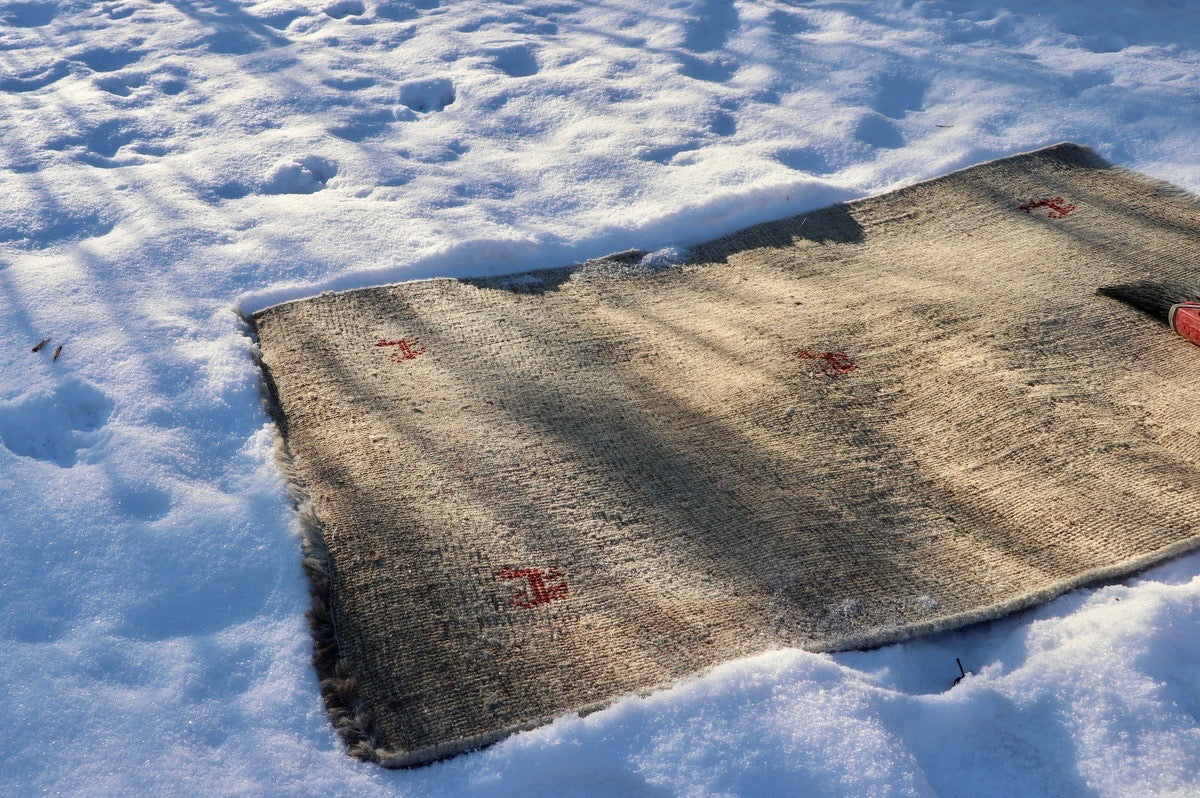 Cleaning wool rugs and blankets with snow