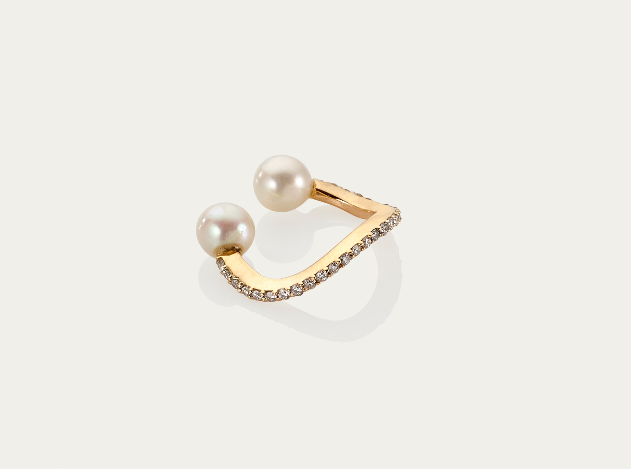 Pearl and Diamond Earcuff set in 18K yellow gold