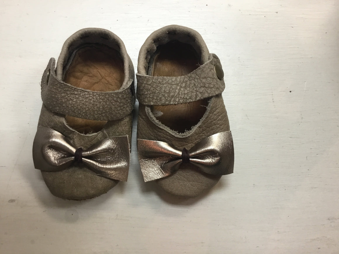 Leather Baby Shoes - Maryjanes - Stone + Rosegold Bow - Razberry Kids Co